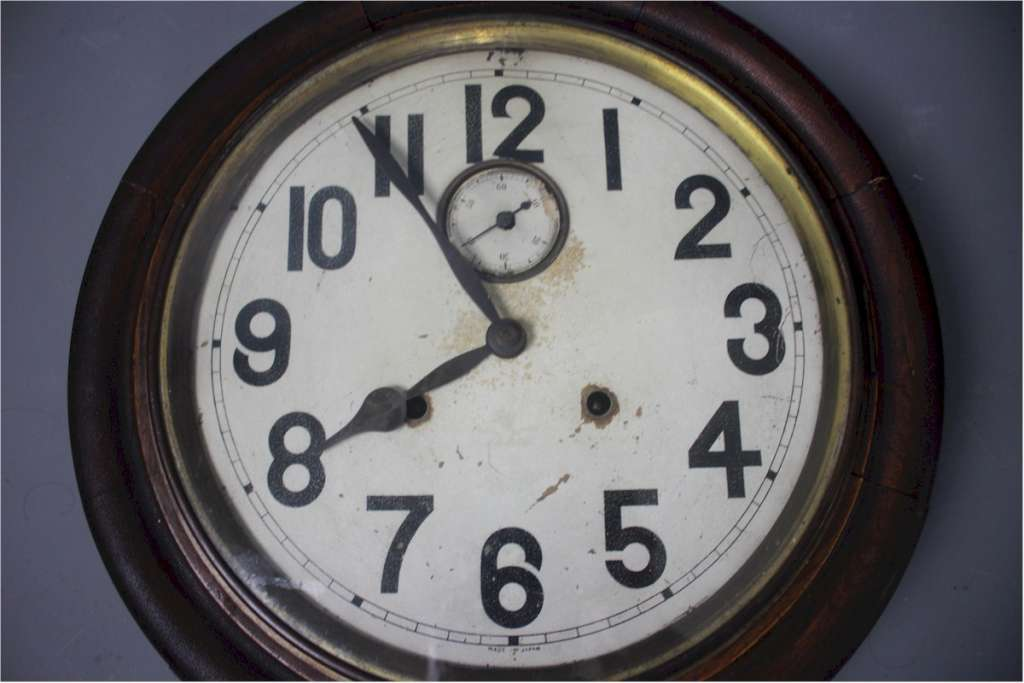 Japanese early 20th century wall clock with second hand