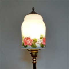Arts and crafts table lamp with briar rose decorated shade